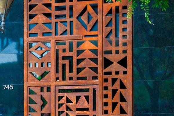 Rufo-Herrera-em-frente-a-uma-escultura-de-Jorge-dos-Anjos-na-Praça-Rio-Branco-no-Centro-de-Belo-Horizonte